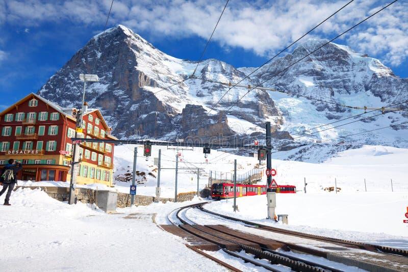 Centro turístico de montaña alpino del esquí suizo con Eiger, Monch y Ju famosos fotos de archivo libres de regalías