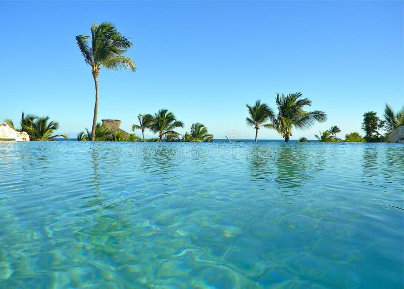 Centro turístico de Punta Cana de la piscina del infinito imágenes de archivo libres de regalías