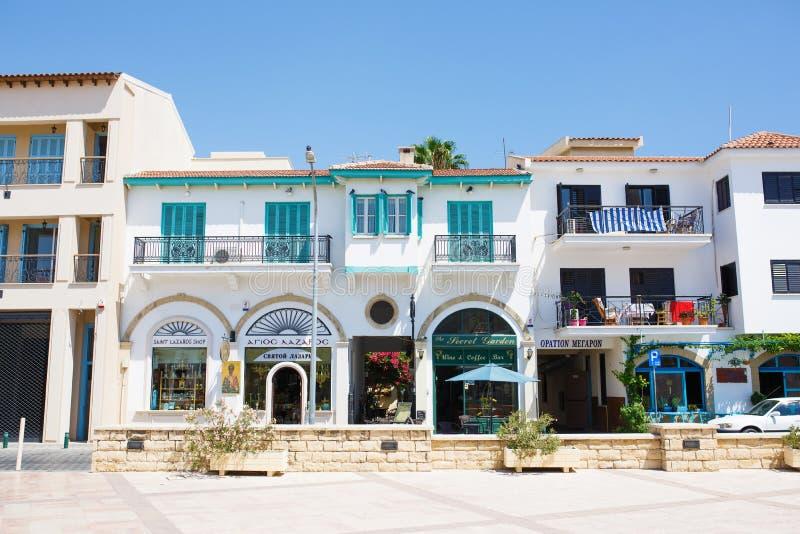 Centro turístico de restaurantes, de cafés e de lojas numerosos de Larnaca imagem de stock