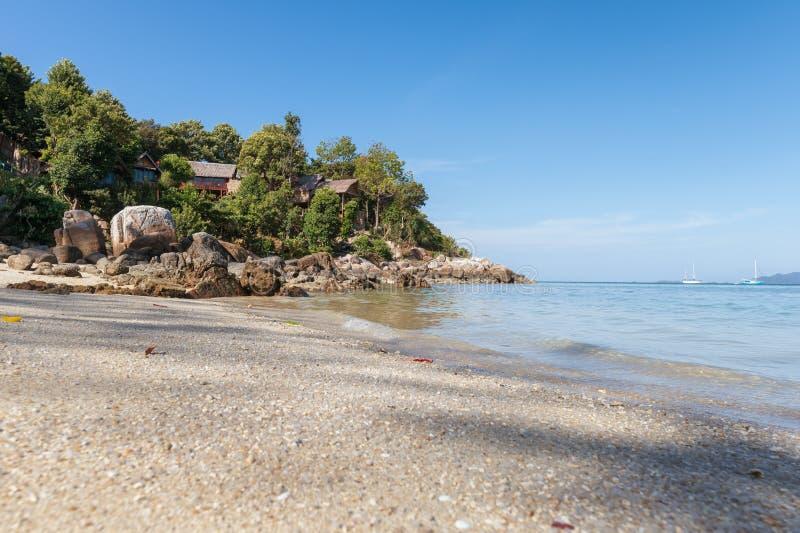 Centro turístico en la colina con la playa blanca de la arena imagen de archivo libre de regalías
