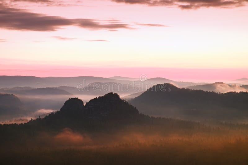 Centro turístico en Sajonia Salida del sol soñadora fantástica en el top de la montaña rocosa con la visión en el valle brumoso fotos de archivo libres de regalías