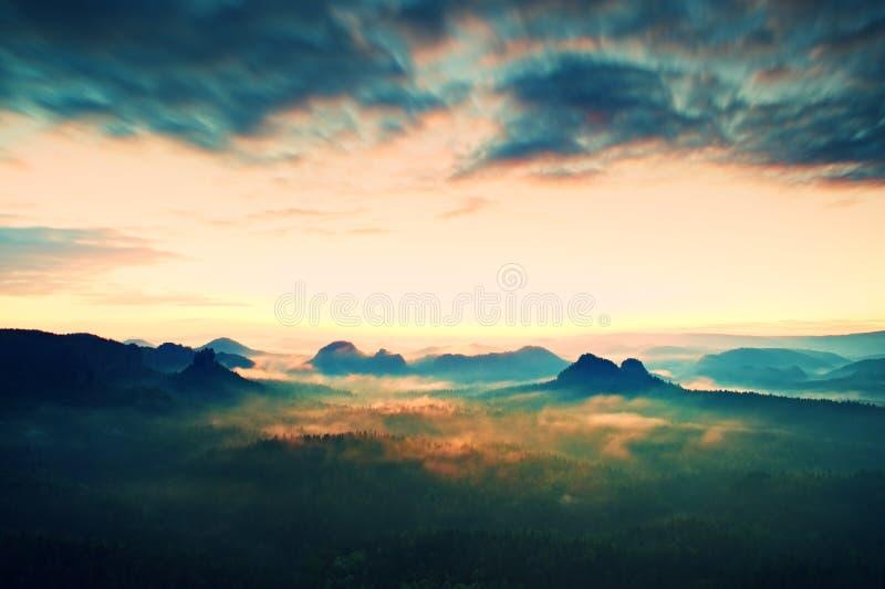 Centro turístico en Sajonia Salida del sol soñadora fantástica en el top de la montaña rocosa con la visión en el valle brumoso fotografía de archivo