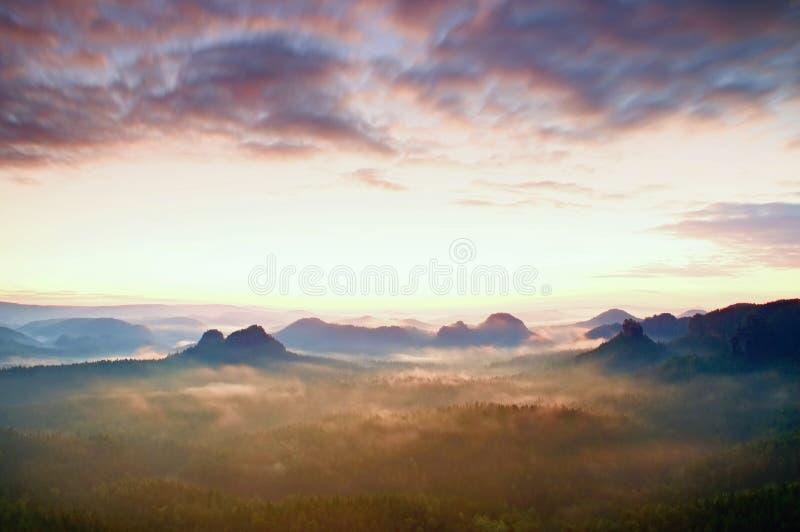Centro turístico en Sajonia Salida del sol soñadora fantástica en el top de la montaña rocosa con la visión en el valle brumoso imágenes de archivo libres de regalías
