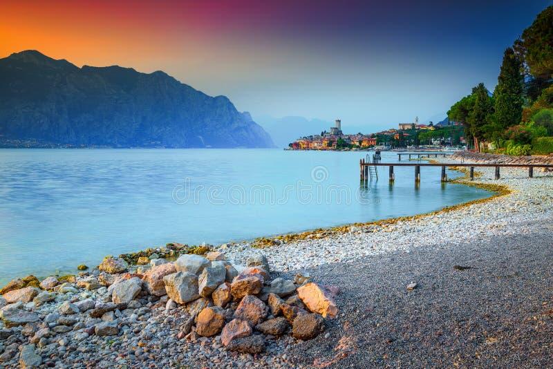 Centro turístico fabuloso con puesta del sol colorida, lago Garda, Italia de Malcesine imagen de archivo libre de regalías