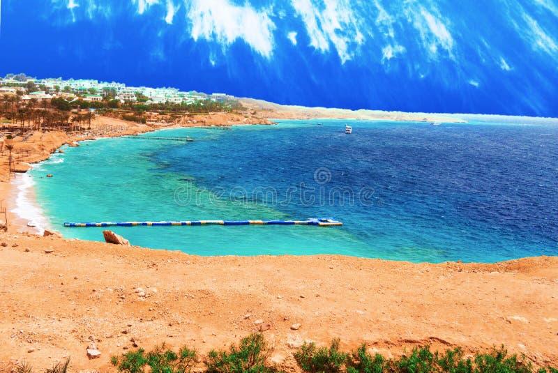 Centro turístico hermoso con los transbordadores y los embarcaderos en el Mar Rojo de Egipto fotos de archivo
