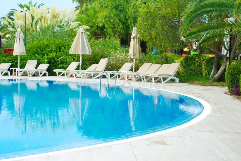 Centro turístico hermoso de la piscina del hotel de lujo con el paraguas y las sillas Turquía, lado Vacaciones de verano imagenes de archivo