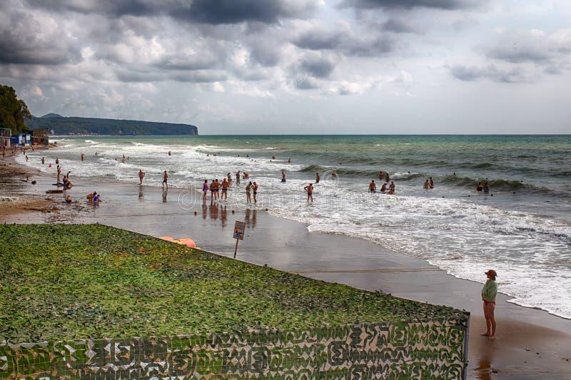 Centro turístico ruso Playa de oro de las arenas 16 09 2018 21 32 P.M. fáciles la tormenta permite que los veraneantes naden Proh imagen de archivo