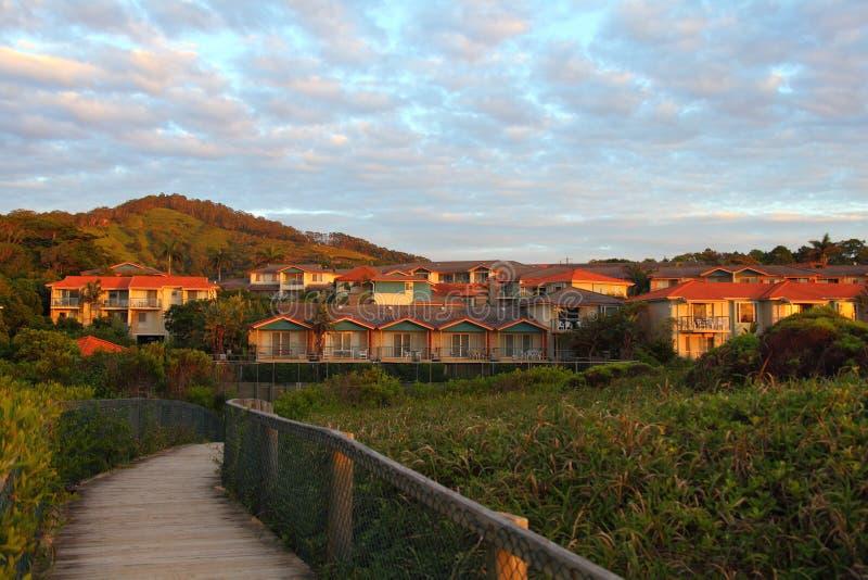 Centro turístico vivo costero en el amanecer imagen de archivo