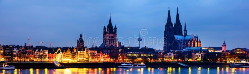 Centro urbano con la cattedrale, grande st Martin Church in Colonia, Germania fotografia stock libera da diritti