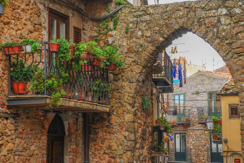 Centro urbano de la ciudad de Pollina en Sicilia imagen de archivo