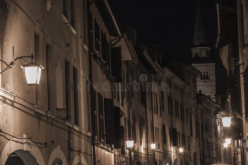Centro urbano de Pordenone en la noche fotos de archivo libres de regalías