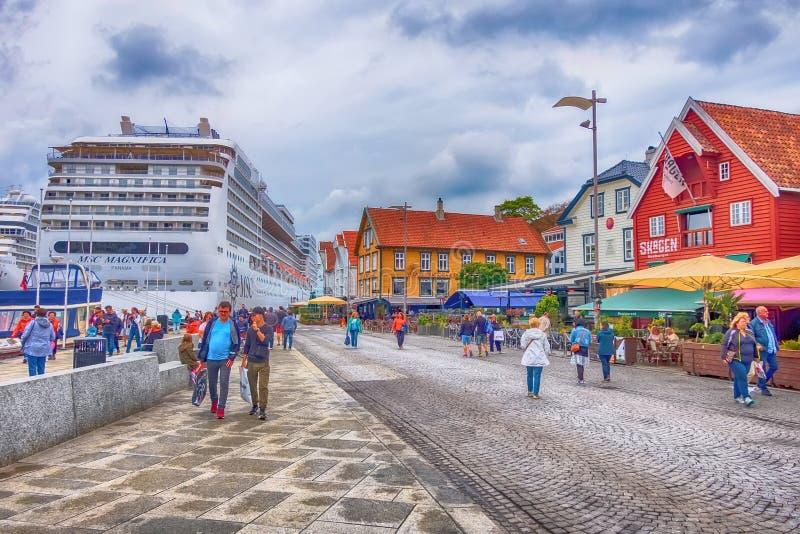 Centro urbano della Norvegia, di Stavanger e nave da crociera immagini stock