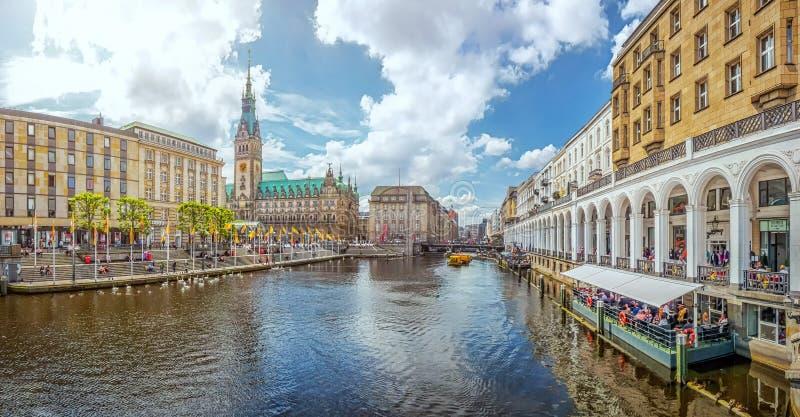 Centro urbano di Amburgo con il municipio ed il fiume di Alster, Germania fotografie stock libere da diritti