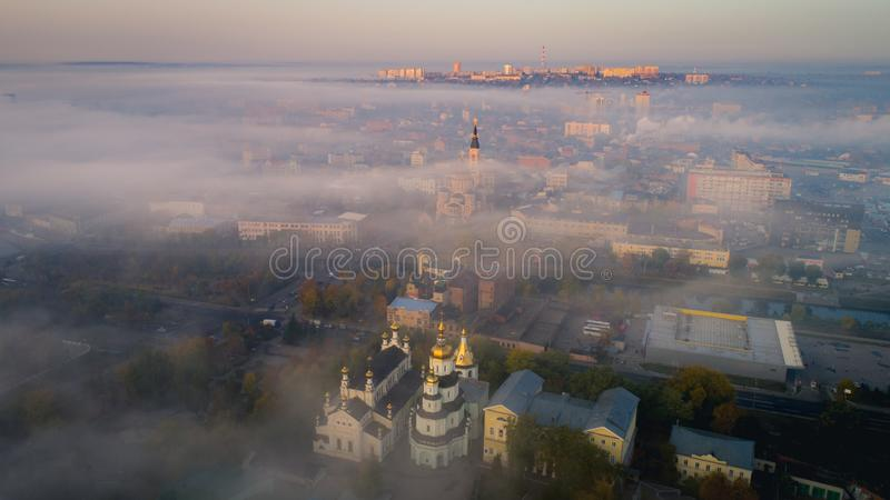 Centro urbano di Harkìv coperto di nebbia Mattina nebbiosa a Harkìv, l'Ucraina immagine stock