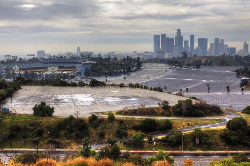 Centro urbano di Los Angeles con stadio dei Dodgers nella priorità alta fotografia stock libera da diritti