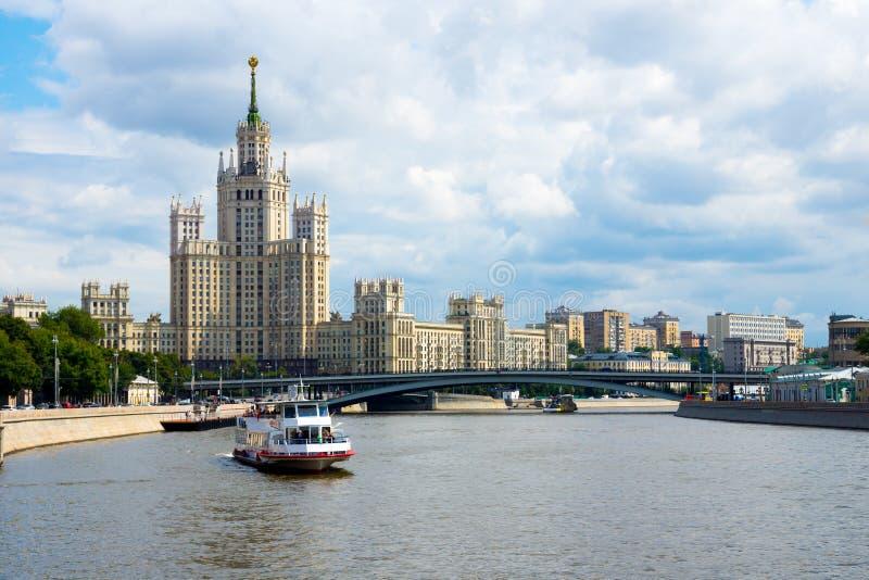 Download Centro urbano di Mosca fotografia stock. Immagine di argine - 56878690