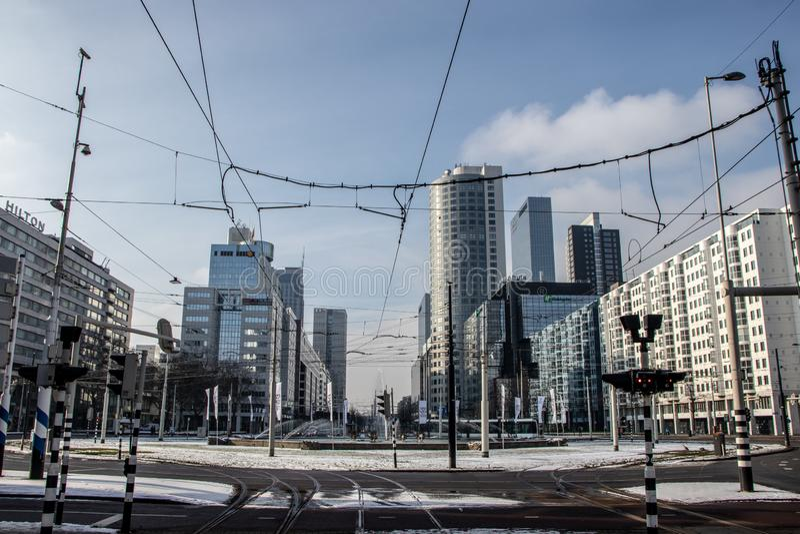 Centro urbano di Rotterdam un giorno di inverno nevoso fotografie stock