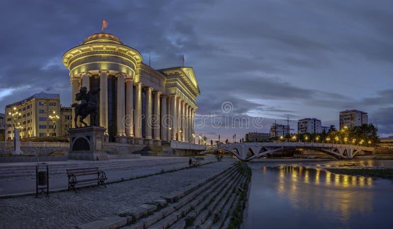 Centro urbano di Skopje all'alba immagini stock libere da diritti