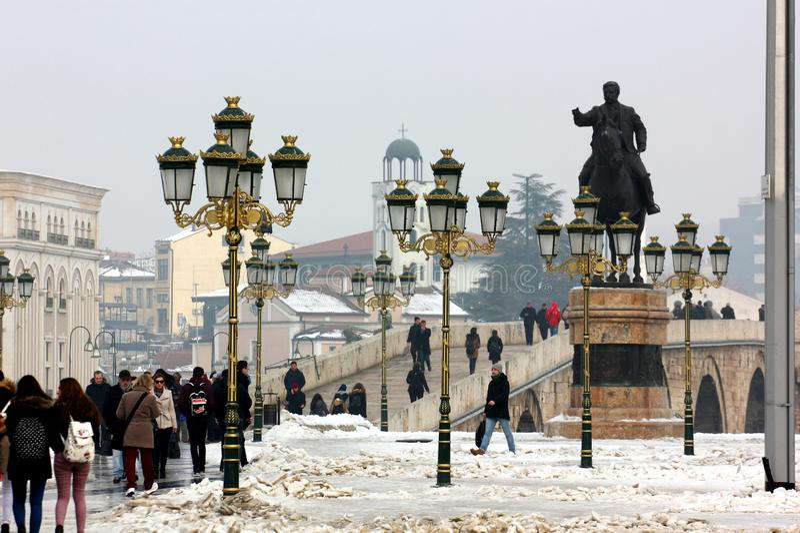 Centro urbano di Skopje, guardante verso il vecchio ponte fotografie stock libere da diritti