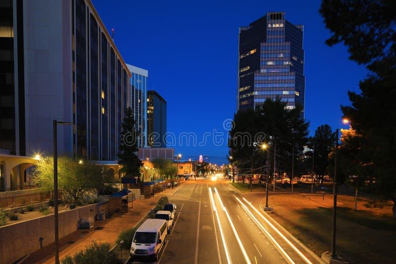 Centro urbano di Tucson alla notte con traffico immagini stock libere da diritti