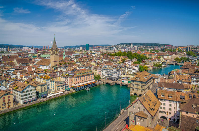 Centro urbano di Zurigo con il fiume Limmat dalla chiesa di Grossmunster, Svizzera immagini stock libere da diritti