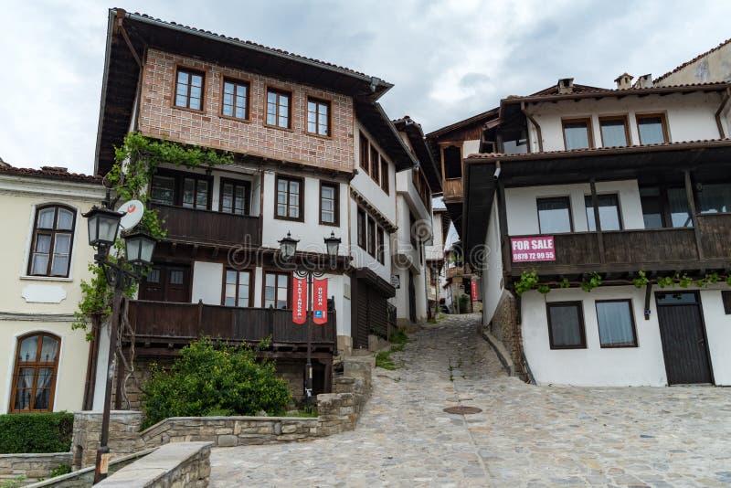 Centro urbano tradizionale delle case della città medievale di Veliko Tarnovo, Bulgaria fotografie stock libere da diritti
