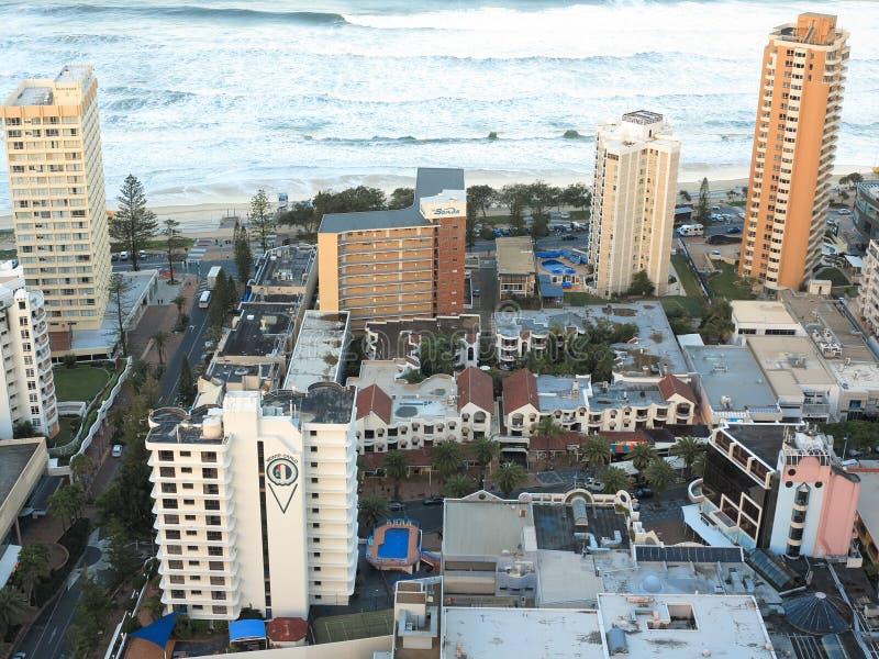 Centros turísticos laterales de la playa en paraíso de las personas que practica surf fotos de archivo