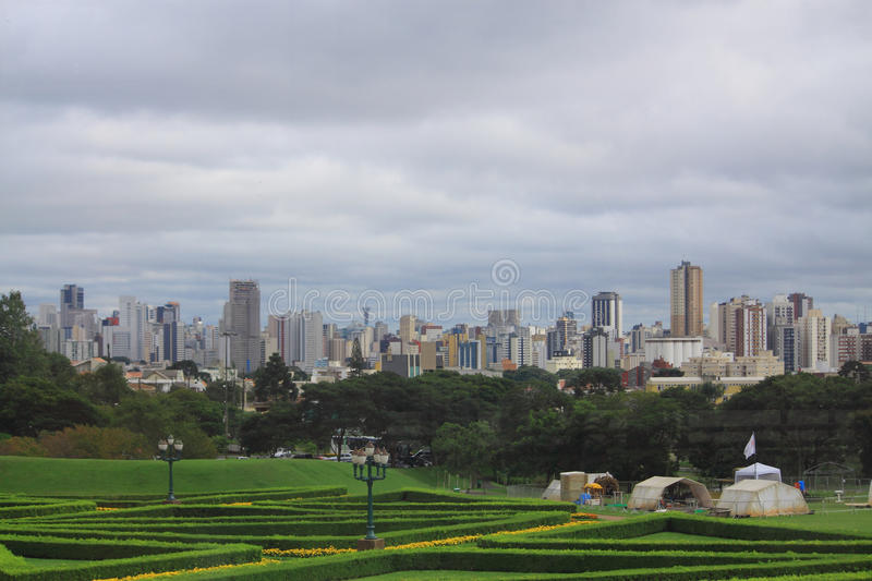 Centrum av Curitiba, sikten från botaniskt royaltyfri foto