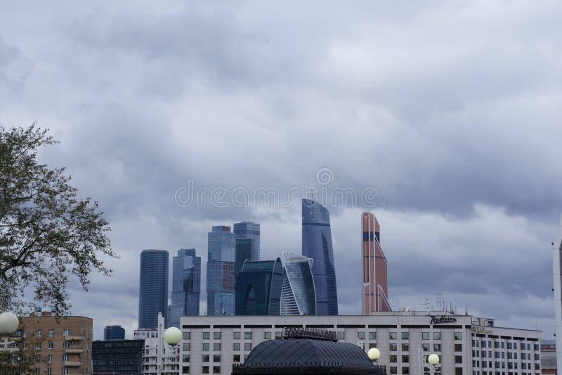 Centrum biznesu - wyspa wieżowowie w floodplain Moskwa rzeka fotografia stock