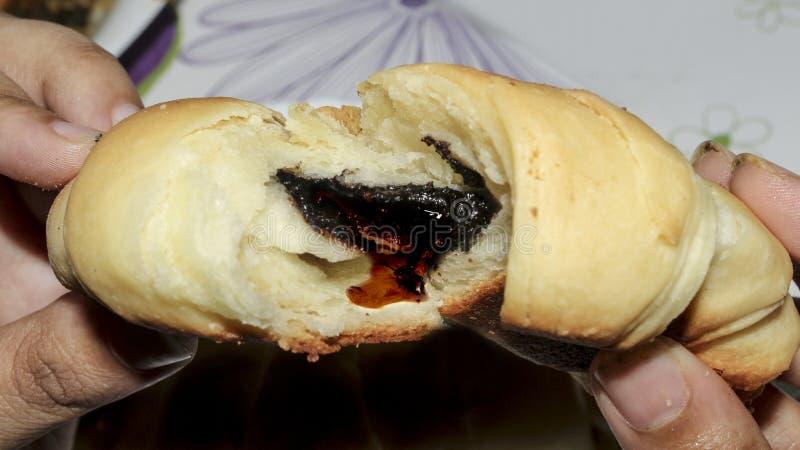 Centrum czekolada Wypełniający Croissant HD obrazy stock