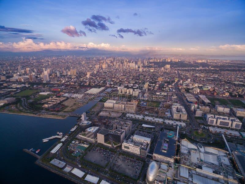 Centrum handlowe Azja w Podpalanym mieście, Pasay, Manila Filipiny z molem i pejzażem miejskim fotografia stock