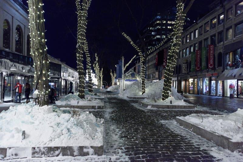 centrum handlowe przy nocą - po śnieżnego spadku obrazy stock