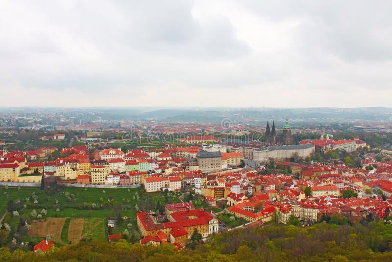 Centrum miasta Praga - odgórny widok domy z terakotą taflował ro obraz royalty free