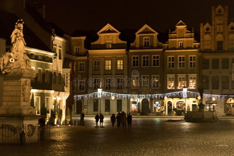 Centrum miasto z dużą statuą w środku zdjęcia stock