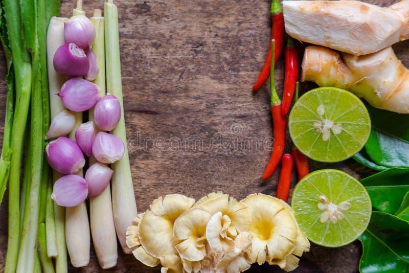 Centrum ruimteingrediënt van tomyumkungmenu Thaise keuken, beroemd Thais voedsel stock fotografie