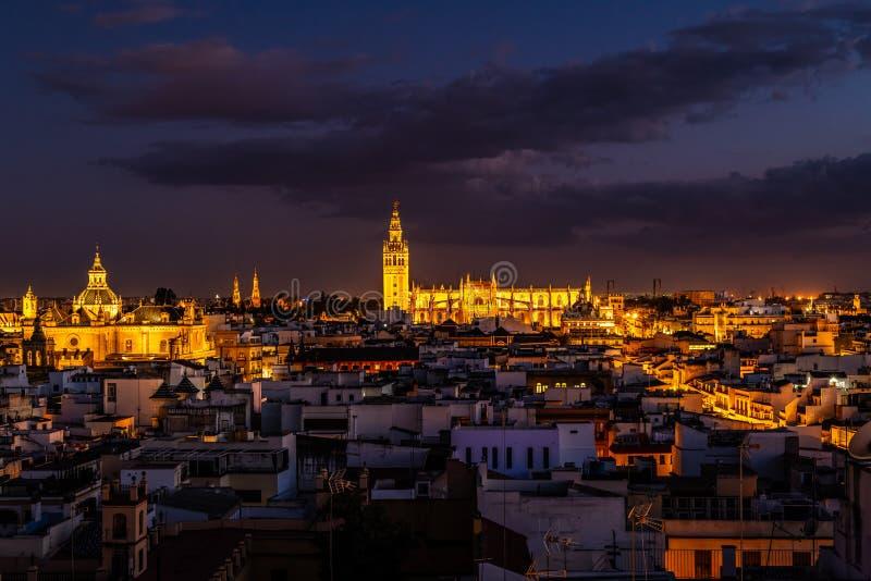Centrum Sevilla och domkyrka på natten arkivfoto