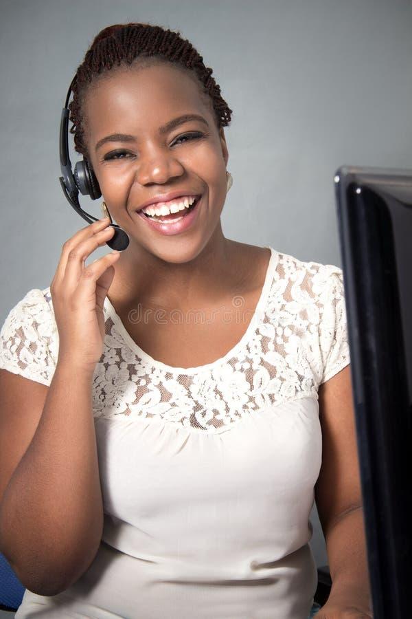Centrum telefoniczne agent opowiada i śmia się fotografia royalty free