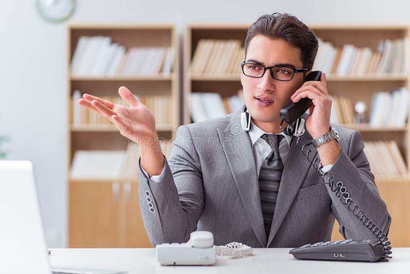 Centrum telefoniczne operator opowiada na telefonie zdjęcie stock