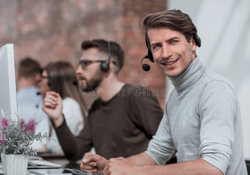 Centrum telefoniczne operatora obsiadanie przy jego biurkiem zdjęcia royalty free