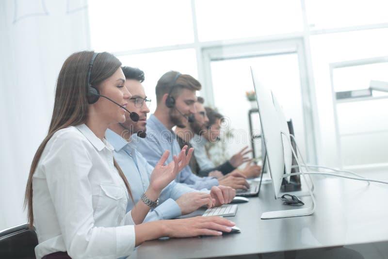 Centrum telefoniczne pracownik w miejscu pracy fotografia stock