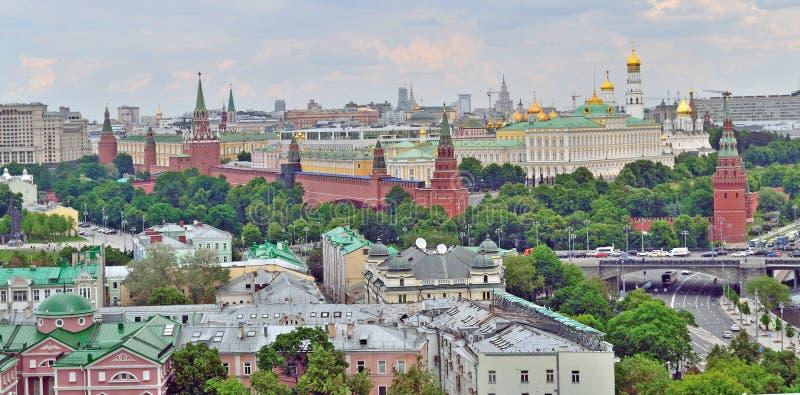 Centrum van Moskou met Moskou het Kremlin en aangrenzende straten, hoogste mening stock afbeeldingen