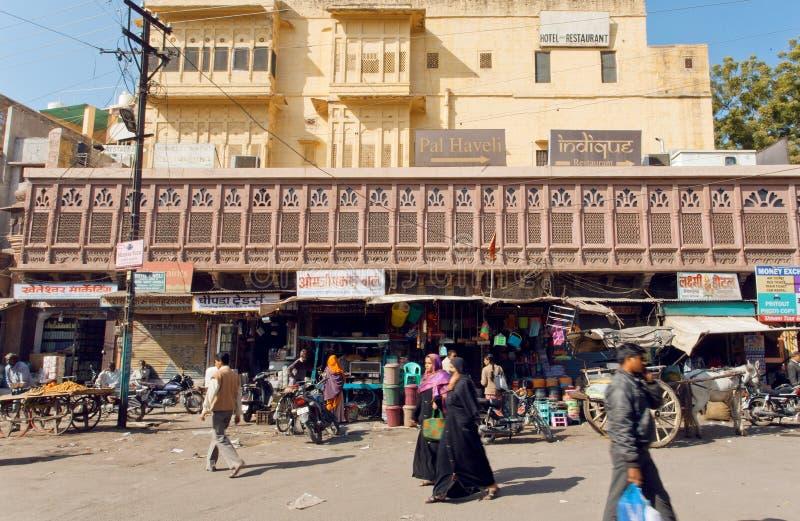 In centrum van oude Indische stad met verschillende opslag lopen en mensen die richten de winkelen royalty-vrije stock afbeeldingen