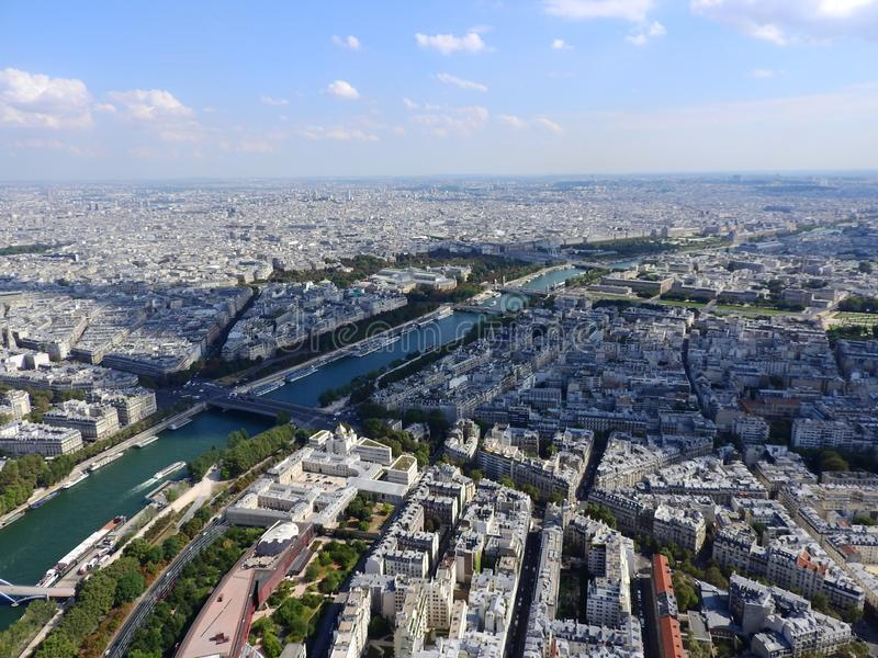 Centrum van Parijs van de hoogten Weergeven van de Toren van Eiffel op de rivierzegen Moderne architectuur royalty-vrije stock foto