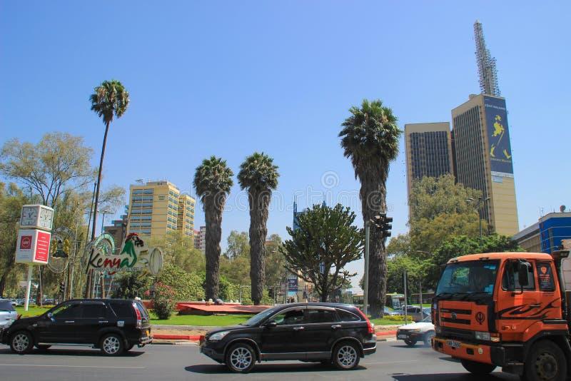 Centrum vid dag Byggnader, palmträd och bilar på vägen arkivbild