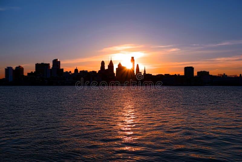 Centrumstad Philadelphia en de Rivierzonsondergang van Delaware stock afbeeldingen