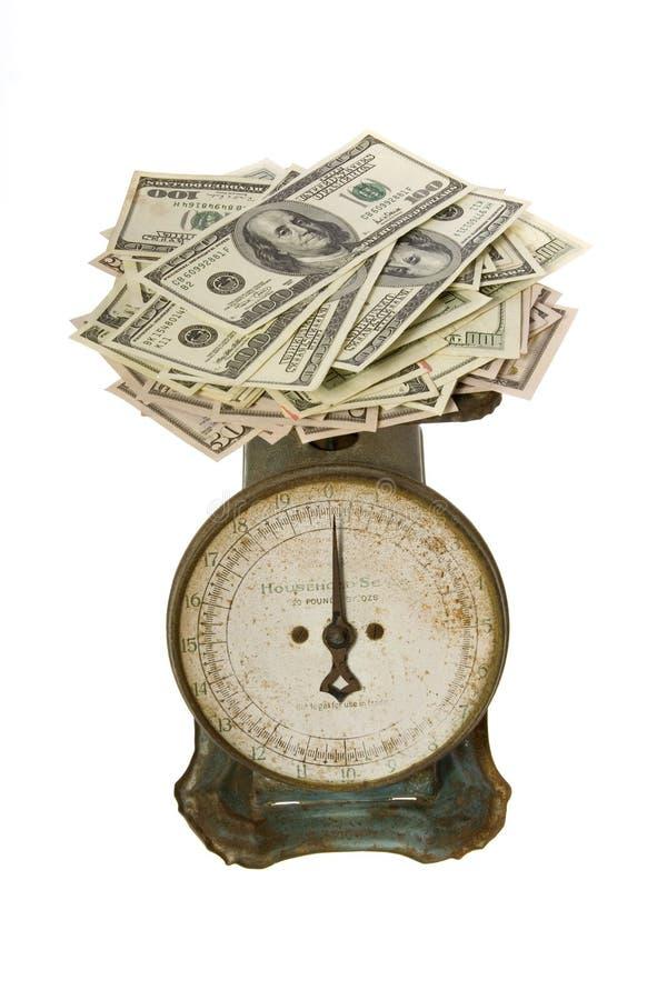 Cents billets d'un dollar pèsent sur l'échelle image stock