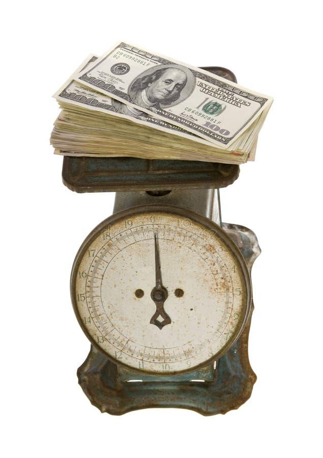 Cents billets d'un dollar pèsent sur l'échelle antique image stock