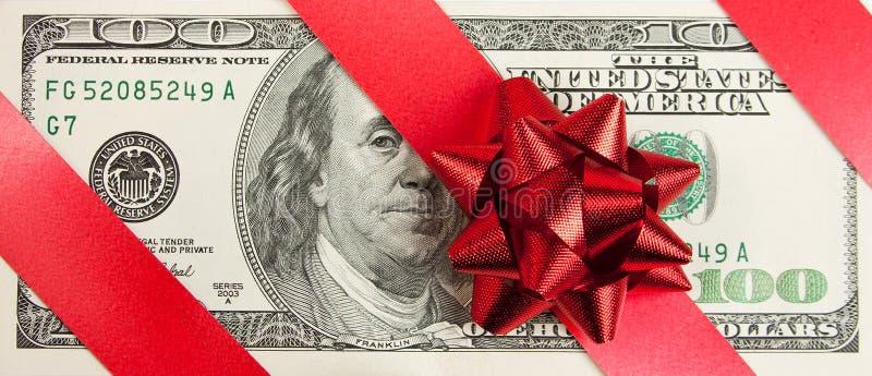 Cents factures avec la proue et la bande rouges photographie stock libre de droits