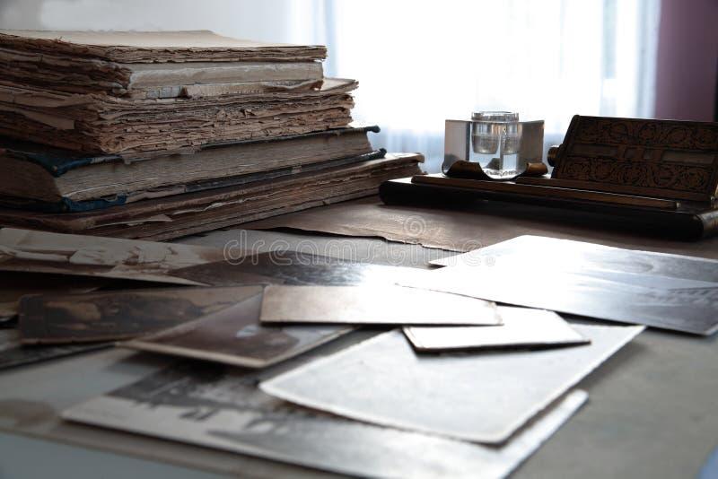 Cents livres et photos d'années. images libres de droits