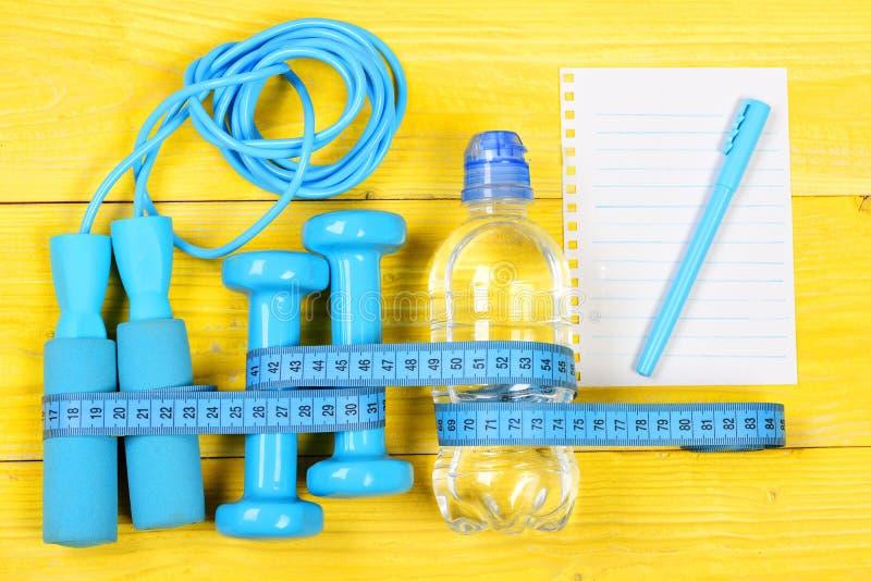Centymetr związany wokół narzędzi sportowych i butelki wody obrazy stock